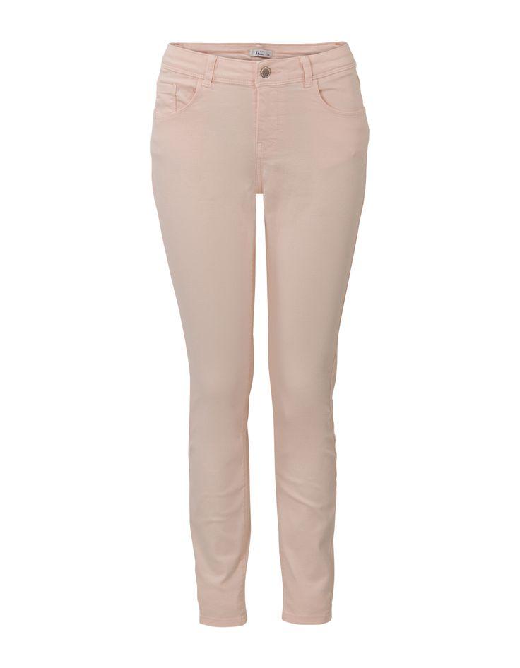 Roze basic 'Eline' broek in 5- pocket model met zevenachtste lengte en normale taille. Het is een slimfit model, gemaakt van zachte stretch kwaliteit. Dit artikel behoort tot de Etam Regulier collectie.