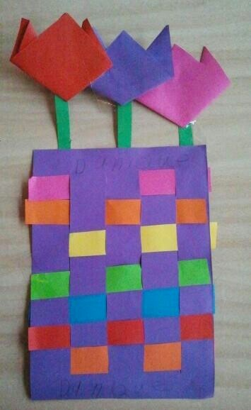 Lente! Kleedje vlechten en tulpen vouwen. woven paper vase and origami tulips