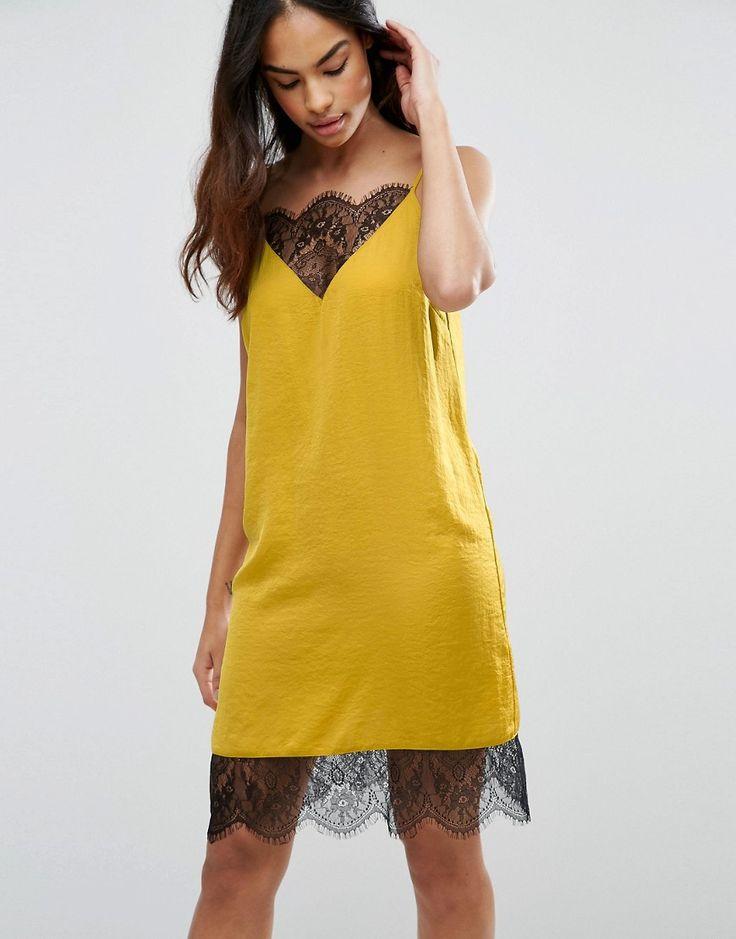 Платье-комбинация с кружевом - это модный наряд, который в тренде уже не первый сезон