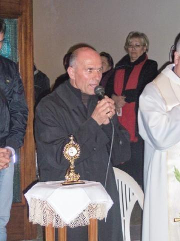 Cosimo Fragomeni s-a născut în 1950, în Calabria, în satul Santa Domenica di Placanica, într-o familie de țărani săraci. La vârsta de 12 ani, a părăs