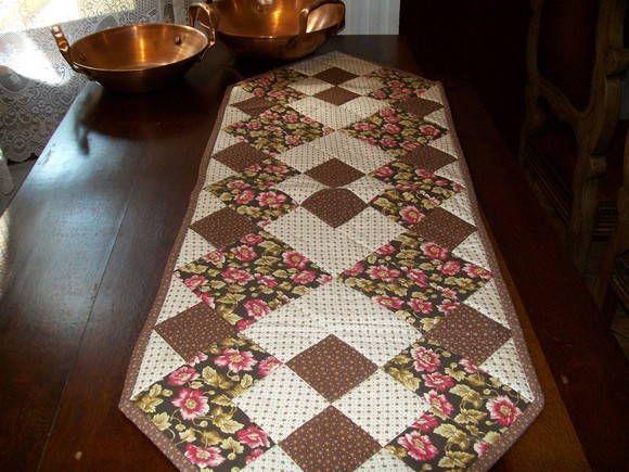 Trilho em mesa 100% algodão todo feito em patchwork, aceito encomenda de outras cores o prazo é de 10 dias para fazer. Muito lindo fica na mesa. Estampa esgotada, pode ser feito nos mesmos pradrões de cores mas a estampa pode variar, ou pode ser feito em outros tons de cores. R$ 80,00
