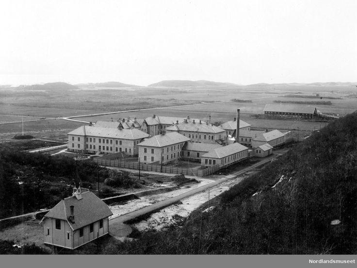 Rønvik Asyl. Foran; taket til kapellet. Sykehuset med kvinnesiden ses @ DigitaltMuseum.no. Foto 1902 - 1910: Nicolai Marselius Helgesen.