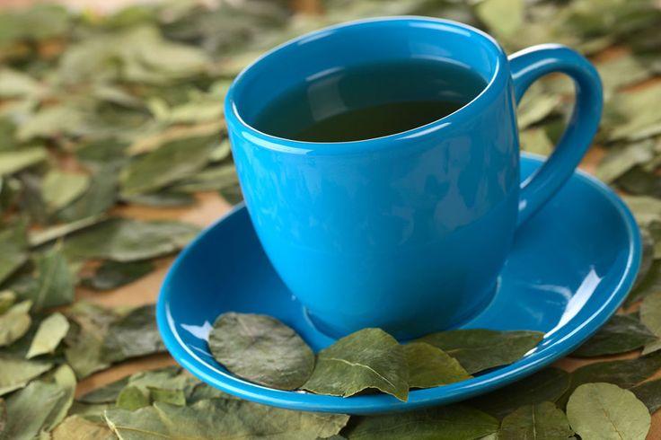 """TÉ DE COCA:Mejora la digestión y ayuda a eliminar la flatulencia. Propiedades antisépticas y analgésicas. El té de coca es eficaz para tratar la gastritis. Estimula la función respiratoria y ayuda a combatir el """"mal de la altura"""". Alivia la tensión en las cuerdas vocales. Previene la diarrea, el vértigo y los vómitos. El té de coca regula el metabolismo y el nivel de carbohidratos. Ayuda a recuperar las fuerzas y la energía."""