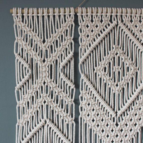 Este colgante de pared de macrame es hecho a mano con cordón de algodón 100% (4.5 mm) en color natural natural bambú varilla de apoyo.