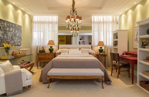 Quer saber como fazer um quarto bacana? Veja 14 inspirações! Quarto de 16m² decorado por tons clássicos, como cinza e branco.