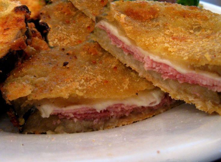 L'ora di cena è vicina, perché non preparare una ricetta calabrese gustosa, semplice e veloce? Buona cena con le melanzane fritte a panino http://calabriaterradistorie.altervista.org/melanzane-fritte-panino/