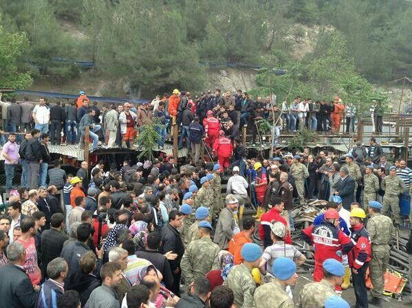 #soma #türkiye işte bu  Ölülerin çıkmasını bekliyor insanlar