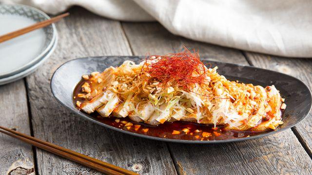 【動画】よだれが出るほど美味しいと言われている四川料理・よだれ鶏のレシピをご紹介します。鶏むね肉は余熱で調理することで、パサパサにならずに驚くほど柔らかくジューシーに仕上がります♪さっぱりとした鶏肉にかける唐辛子と山椒たっぷりのシビれるソースが食欲を刺激してくれますよ!晩酌のお供にぜひ!  ピリ辛ソースは、茹でた豚肉や野菜にかけても美味しい♡    allowfullscreen   via youtu.be   辛党がつくる、よだれが出るほど旨い「よだれ鶏」のレシピをご紹介します。 鶏むね肉は茹ですぎると固くなってパサパサしてしまうので、火を止めてから余熱調理するのが柔らかく仕上げるポイントです!この時に、冷蔵庫から出してすぐの冷たいお肉を使うと、お湯の温度を一気に下げてしまって中まで火が通らなくなるので注意してくださいね。調理で使ったお湯は、鶏肉の旨味が出ているのでスープなどに使うといいですよ♪  ※辛いものが苦手な方は赤唐辛子や花椒の量を減らして作ってみてくださいね。   よだれ鶏の材料   ■鶏むね肉…2枚 《タレ》 ■ごま油…大さじ1 ■花椒…小さじ1/2 ...