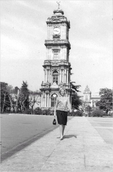 Daniela Bianchi film çekimi için İstanbul'da Saat Kulesi'nde (1963) #istanbul #SaatKulesi #istanlook