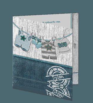 Jongens geboortekaart turquoise met kleding aan een waslijn, stempel en hout.#geboortekaartjes #zoon #delftsblauw