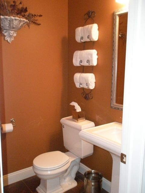 Half bath like the towel rack bathroom decor - Bano de color ...