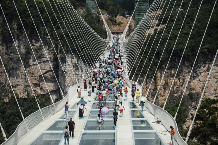Niet voor watjes: langste glazen brug ter wereld hangt in China Vandaag om 18:27 | Bron: BELGA  Print  Corrigeer Niet voor watjes: langste glazen brug ter wereld hangt in China Foto: AFP Delen   Tweet   Google+   Mail   In het Chinese Zhangjiajie is de langste glazen brug ter wereld geopend voor het grote publiek. Wie al hoogtevrees krijgt als hij in een soepbord kijkt, kan zich de trip besparen. Het kunstwerk van 430 meter lang hangt op 300 meter boven de begane grond, tussen twee ber