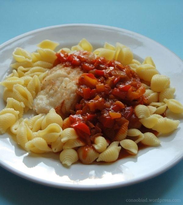 Dorsz bałtycki w sosie pomidorowo-paprykowo-winnym