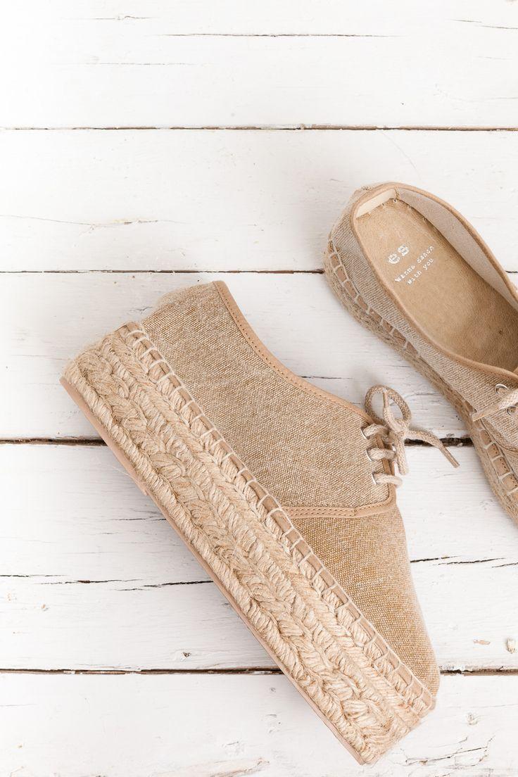 Alpargata de lino natural con cordones y plataforma de yute . Clásica costura de espardenya cosida en blanco. Made in Spain....