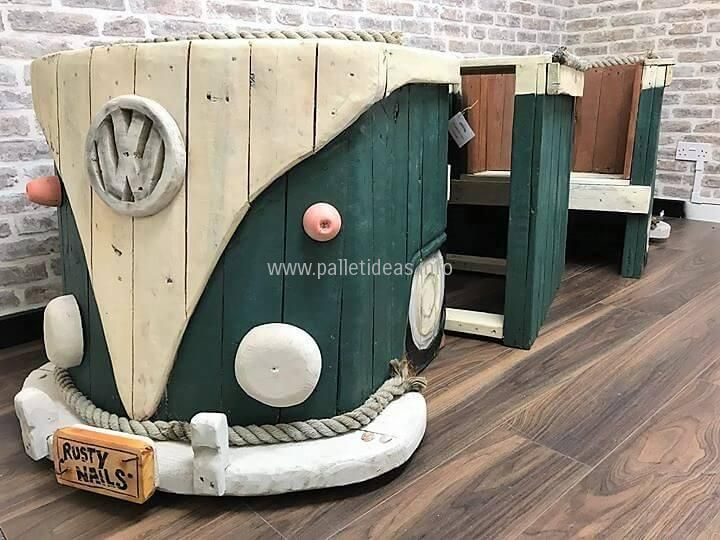 We have used one chair to give it a design of the front end of this wood palletVW Campervan by accommodating logo, headlights, indicators and bumper with number plate in the center. We will talk about the rest of the pieces below.