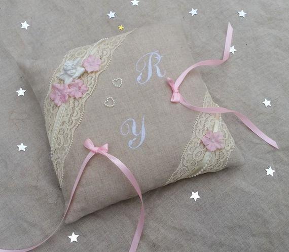 Coussin mariage en lin et dentelle brodé roses