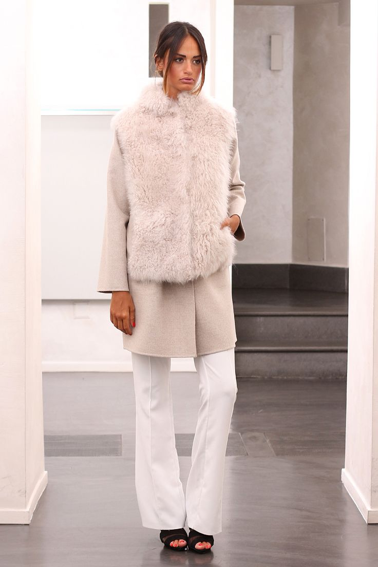 Сashmere coat with sheep cashmere. Made in Italy. Skins Quality: LORO PIANA; Color: Beige; Closure: With hooks and buttons; Collar: Round; Length: 90 cm; #elsafur #fur #furs #furcoat #mink #minkcoat #cappotto #peliccia #pellicce #loropiana #cachemere