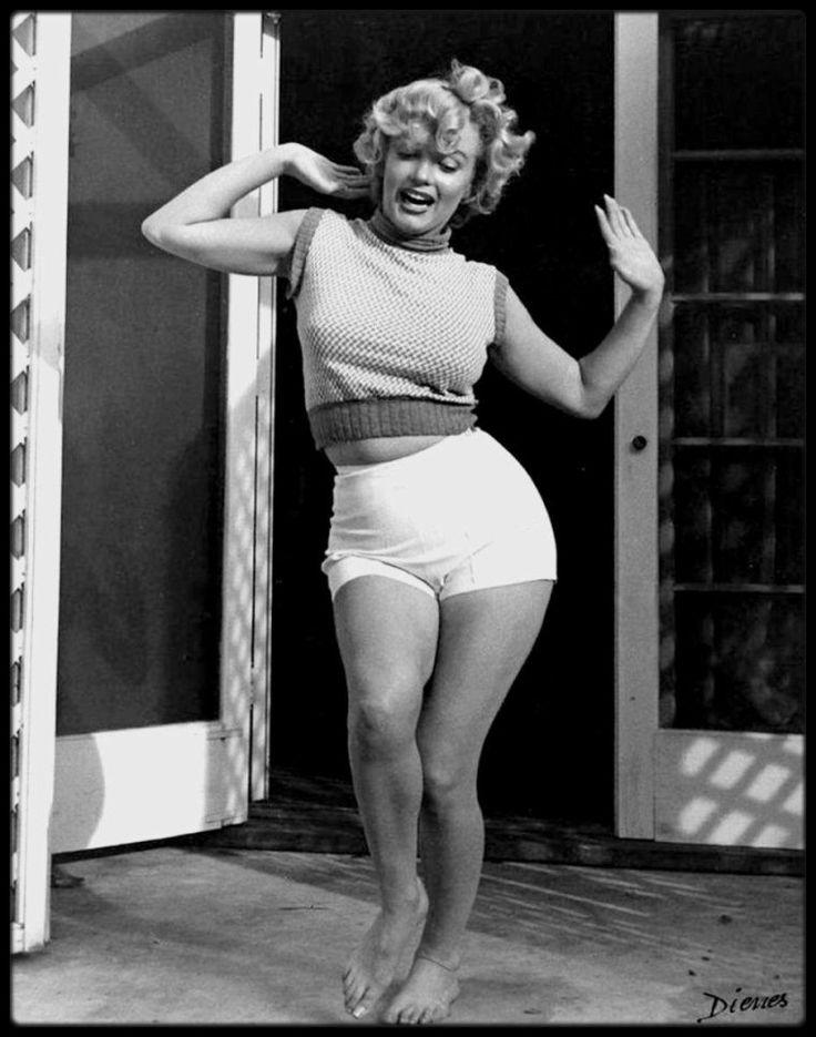 """1953 / Marilyn sur la terrasse du """"Bel air Hotel"""" sous l'objectif du photographe Andre DE DIENES / Il apprit seul la photographie. Il vécut et travailla à Rome, Paris et Londres. Il arriva aux Etats-Unis en 1938, avec l'aide d'Arnold GINGIRCH du magazine """"Esquire"""", et ouvrit un studio de photos à New York. David O.SELZNICK, producteur indépendant, le fit venir à Hollywood en 1944, pour photographier Ingrid BERGMAN. En 1945, il acquit une solide réputation de photographe. Il avait 32 ans, la…"""