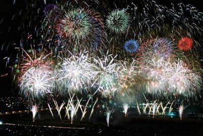 Hanabi Oikawa 第28回大井川大花火大会 - 静岡県島田市で開催される花火大会。創作花火やスターマインなど、バリエーションに富んだ花火が打ち上げられる。なかでも、2尺玉は見逃せない。大井川の両岸から同時に打...