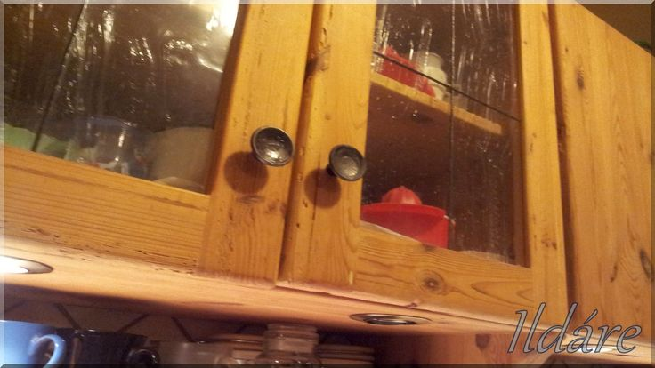 Bontott, antik faanyagból készült konyhaszekrény