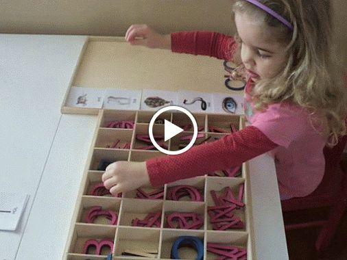Práce s Montessori pomůckami pro jazyk - konkrétně pohyblivou abecedou (velká tiskací písmena) a třísložkovými kartami (obrázek s textem/ obrázek/ text) se slovy na 3 písmena. Práce s chybou.