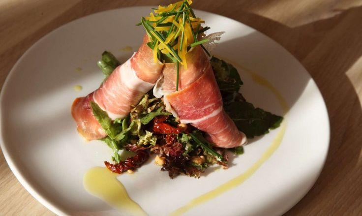 Салат с рулетиками прошутто и вялеными помидорами - кулинарная школа Gastrolab