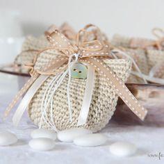 Sacchetto per confetti - bomboniera in cotone a uncinetto ecrù.