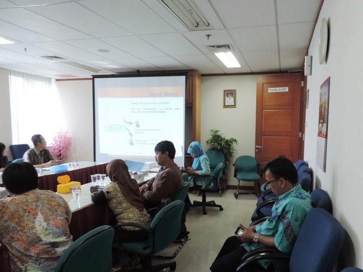 Wajib Pajak sedang diarahkan tata cara input menu pada petugas alat e-pos