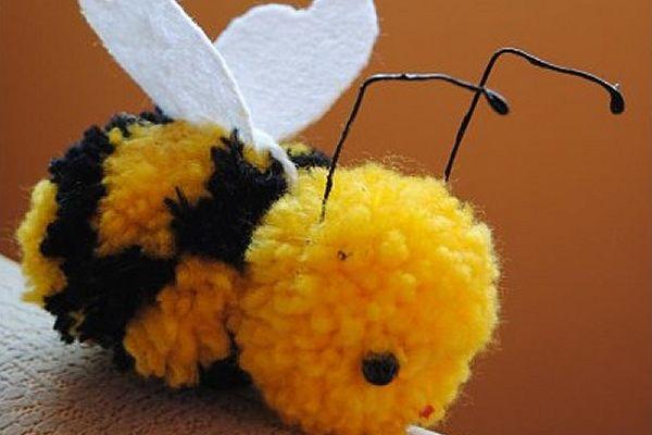 Cómo hacer una abeja con pompones | manualidades | Pinterest
