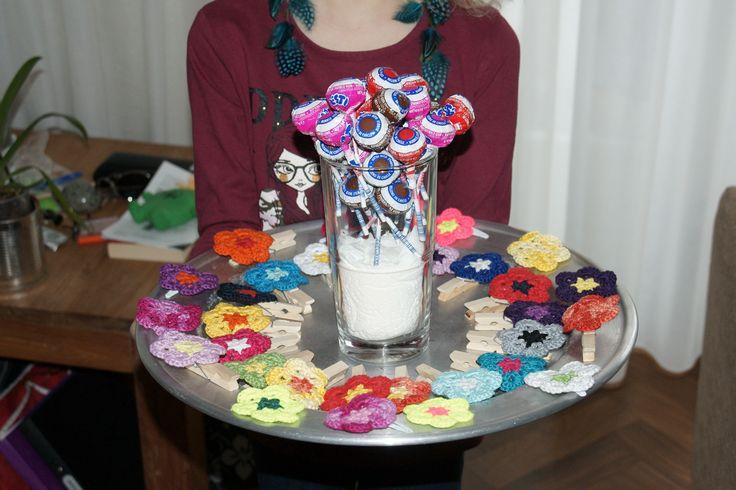 Leuke traktatie gemaakt voor de verjaardag van mijn dochter. Haarspeldjes voor de meisjes en een wasknijper met bloem voor de jongens.