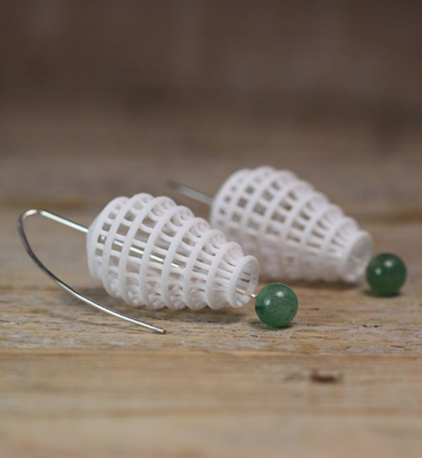 White Statement Dangle Earrings. Nylon with Sterlingsilver and green stone beads. #whiteearrings #statementearrings #whitegreen #ohrringe #ohrhänger #dangleearrings  #weiß #schmuckdesign #jewelrydesign