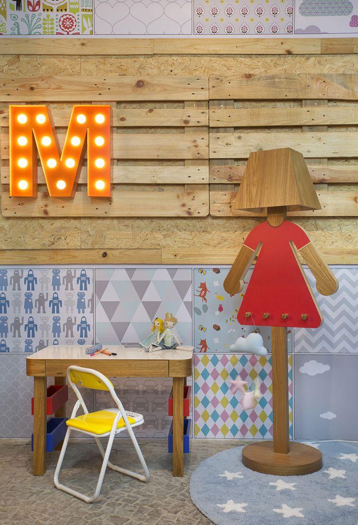 Placas OSB e pallets foram combinados com papel de parede de estampas delicadas para decorar esse ambiente para as crianças