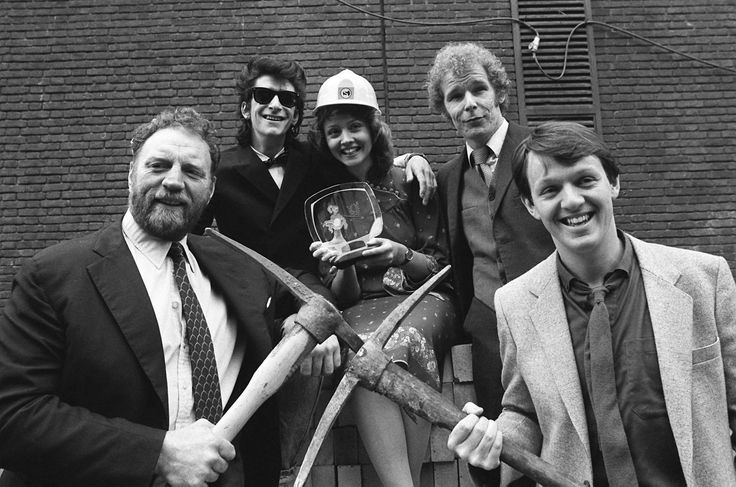 """Four stars from the highly popular TV series """"Auf Wiedersenhen Pet"""" - Gary Holton and Christopher Fairbank, Pat Roach and Kevin Whately - with news presenter Anne Diamond, in London, prior to the Pye Television Awards, May 14 1984"""