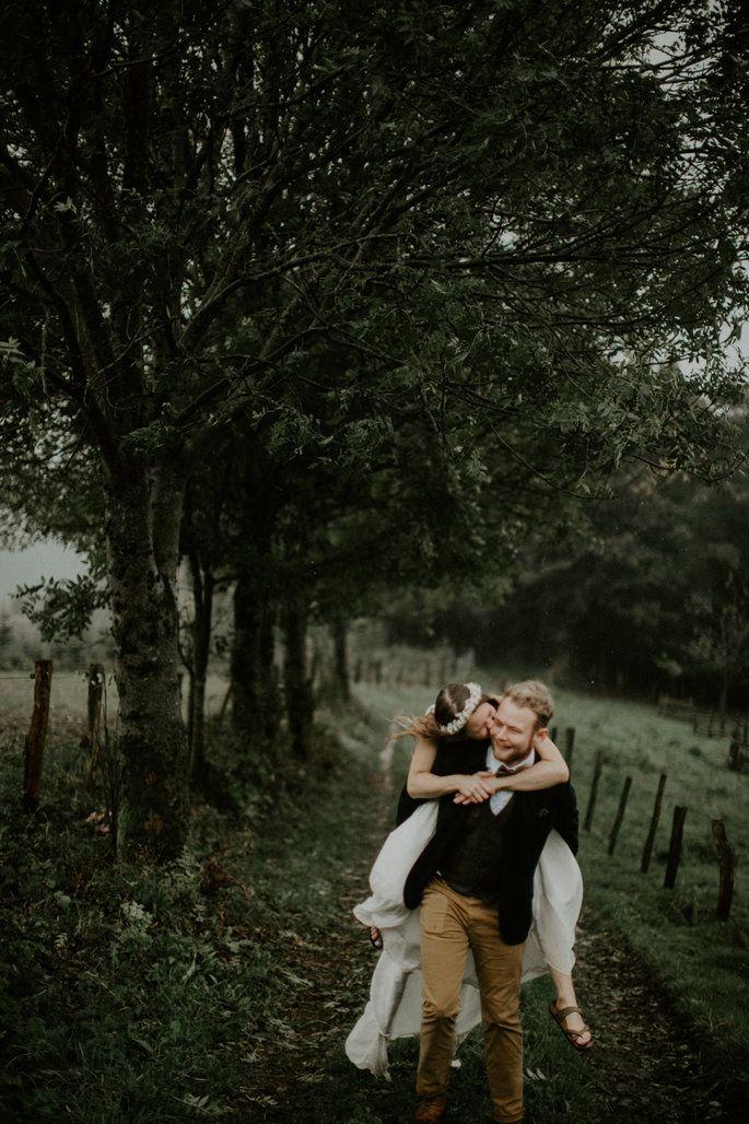 Die Ausgelassene Diy Hochzeitsfeier Von Rabea Und Tim Zusammen Trotzen Sie Regen Hochzeitspannen Hochzeitsfeier Hochzeit Feier