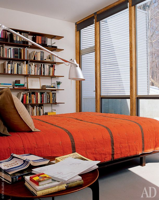 Для спальни Ярински спроектировал книжные полки из древесного композитного материала — на них разместились книги по архитектуре. Красное покрывало дизайнера Денизы Шмидт — один из немногих цветовых акцентов в интерьере.