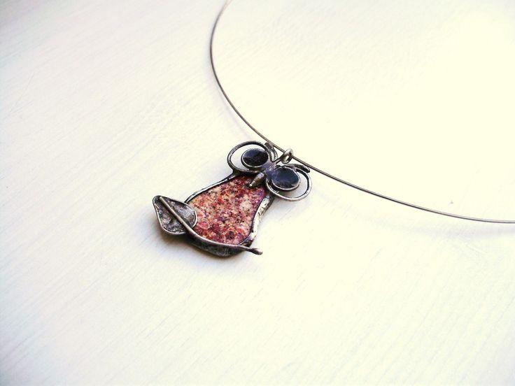 Moudrý lovec Náhrdelník byl vytvořen do soutěže klubuTvoříme šperky z cínuna téma:Lovci. Hlasovací blog zde: ____________________________________________ Autorský cínovaný náhrdelník, s kamínkem puntíkovaného opálu. Leštěn, patinován, ošetřen antioxidaním prostředkem. Zavěšen na bižuterním řetízku, zapínání na karbinu. ...