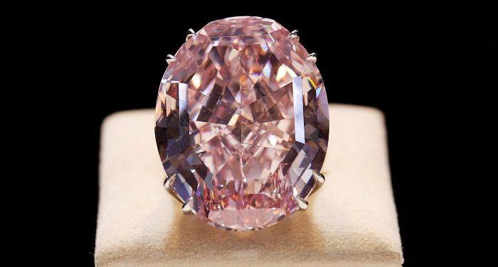 Pembe Yıldız ElmasPembe Yıldız Elmas, 1999'da Güney Afrika elmas madeninden çıkarılan kusursuz, canlı ve pembe olan tek elmastır. 1 karatı 1.4 milyon dolar olan 59.6 karat ağırlığındaki bu mücevher, Sotheby's Kasım Müzayedesi'nde 83 milyon dolara satıldı. Şu ana kadar açık arttırma ile satılan her hangi bir elmas ya da mücevherden daha pahalıdır. Renkli elmaslar muadillerine göre çok daha fazla değerlidir. 1 pembe yıldız, 5 karatın altındaki bir pembe elmastan 12 kat daha değerlidir.