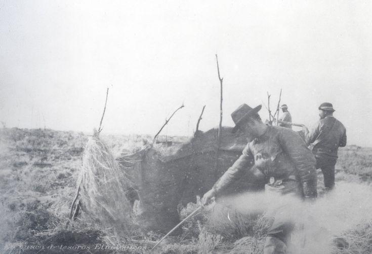 Mercenarios de Julius Popper saquean una tienda Selknam mientras otros disparan a mansalva contra los que huyen, 1898. Ph. Julius Popper