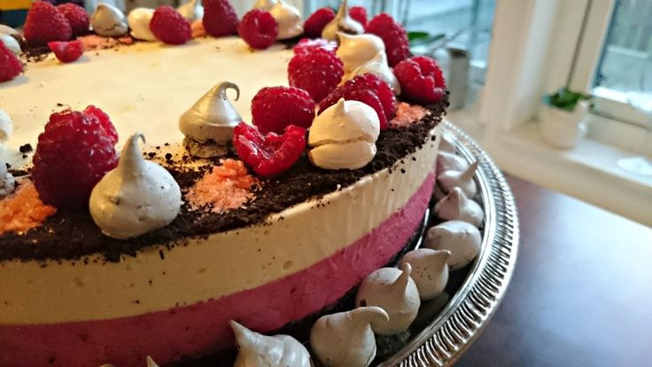 Hallon och vitchoklad-moussetårta med kladdkakebotten.