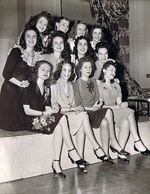 1944 war bond girls.