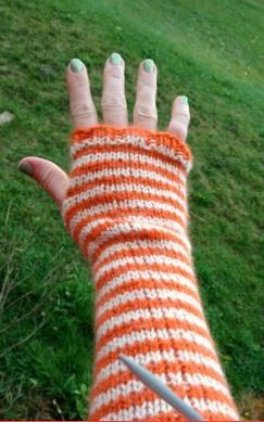One never tires of fingerless gloves! OH! The endless fashion possibilities!! Living Well with Suzi~Q: Fingerless Gloves: Free Pattern
