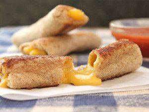 Kulağa enfes geliyor değil mi? Yapması da yemesi kadar keyifli bir tarif..http://www.mutfaknotlari.com/kahvaltiliklar/kizarmis-peynir-rulolari-tarifi.html