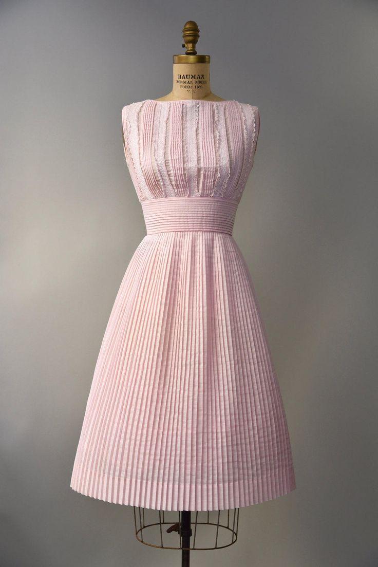 Schattig jaren 1960 bleke roze jurk door LAiglon met ernstige mes plooien in bodice, cummerbund taille en semi-volledige rok, pintuck kant, zonder mouwen bodice en verborgen terug rits. Bekleed, semi pure. Zo mooi!  voorwaarde: uitstekend, vers schoongemaakte en klaar om te dragen Label: LAiglon materiaal: polyester Katoenmengsel  ---✄---Metingen---✄--- Bust: 34 in Taille: 24-25 schouder aan taille: 15 in lengte: 42 in passen: kleine  ➸ GEEN TERUGGAVEN. Controleer of het beleid van mijn…