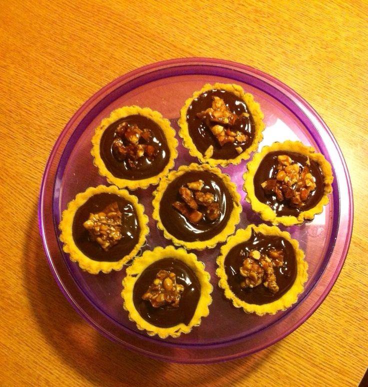 Tarts with dark chocolate and caramelised peanuts