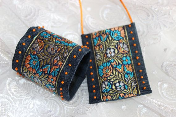 SET pulsera Jeans, Jeans colgante, joyería de Boho, Hippie joyería, pulsera étnica, verano Braselet, joyería textil, boda étnica, telar jacquar El perfecto adicional a su colección de joyas! Brillante, inusual y lujo! Regalo perfecto para alguien puede ser para cualquier ocasión.  Este lujo pulsera y el colgante son de pantalones vaqueros del algodón y decoradas con perlas y trenza de jacquard. Pulsera tamaño 6,8 pulgadas (17 cm) * 2,6 pulgadas (6.5 cm), colgante 3.4(8.5cm)*2.6in(6.5cm)…