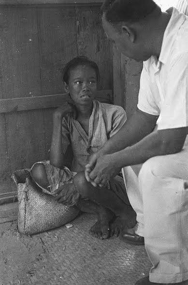 Soerabaja (Een Indonesische man spreekt met een jonge vrouw 1946) - Collectie nationaal archief