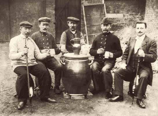 Nach erfolgreichem Handel genehmigen sich die Kunden zusammen mit den Töpfern ein Bierchen. Das Bier wurde im großen Krug vom nahegelegenen Wirtshaus geholt und vor Ort in die Tonbecher gefüllt. Der Töpfer raucht dazu standesgemäß sein Tonpfeifchen.