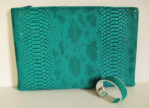 Pochette simili cuir dragon vert  : Sacs à main par patrimonio-creations