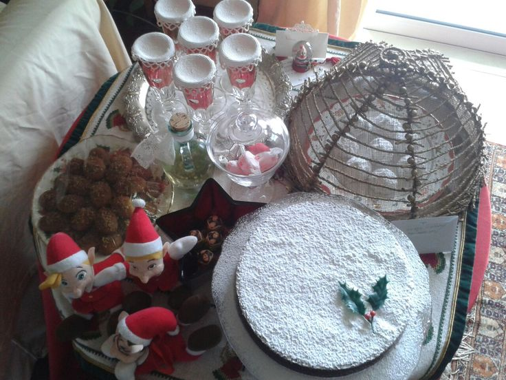 Το τραπέζι αυτό είναι έτοιμο για το μεσημέρι της Πρωτοχρονιάς.