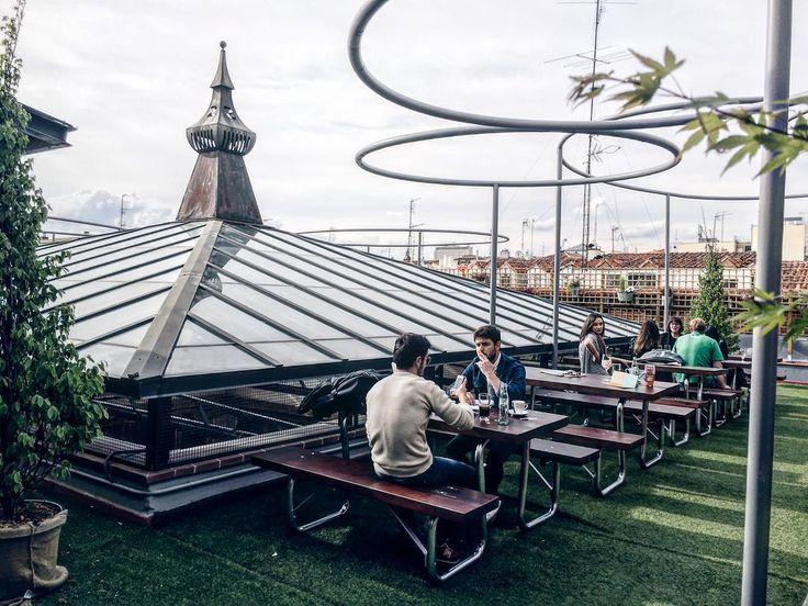 Esta nuevo espacio en plena #malasaña será tendencia... @elparacaidista.es tienda cine cafetería exposiciones eventos y este terrazón!!!roof #must #descubriendo #Madrid